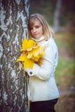 Schöne blonde Frau im Park Lizenzfreie Stockfotos