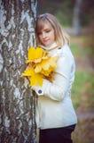 Schöne blonde Frau im Park Lizenzfreies Stockbild
