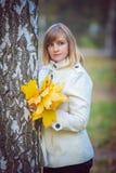 Schöne blonde Frau im Park Stockbild