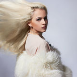 Schöne blonde Frau im Pelz Lizenzfreies Stockbild