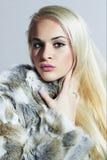 Schöne blonde Frau im Pelz Schönes Mädchen lokalisiert auf weißem Hintergrund Schönheit blondes vorbildliches Girl im Kaninchen-P Lizenzfreie Stockfotos