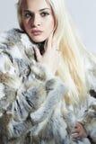 Schöne blonde Frau im Pelz Schönes Mädchen lokalisiert auf weißem Hintergrund Schönheit blondes vorbildliches Girl im Kaninchen-P Lizenzfreies Stockbild
