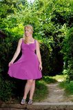 Schöne blonde Frau im pinkfarbenen Kleid Lizenzfreie Stockfotos