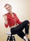 Schöne blonde Frau im Retrostil Stockfotografie
