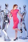 Schöne blonde Frau im rosa Abendkleid auf Hintergrund des Mannes Stockbilder