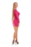 Schöne blonde Frau im rosafarbenen Kleid Stockbild