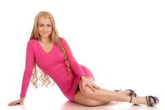 Schöne blonde Frau im rosafarbenen Kleid Lizenzfreie Stockfotos