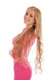 Schöne blonde Frau im rosafarbenen Kleid Lizenzfreie Stockfotografie
