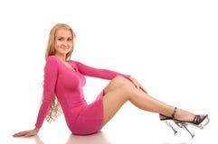 Schöne blonde Frau im rosafarbenen Kleid Stockbilder