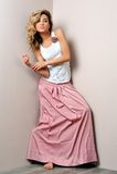 Schöne blonde Frau im rosafarbenen scirt. Stockfotografie