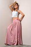 Schöne blonde Frau im rosafarbenen scirt. Lizenzfreie Stockfotografie