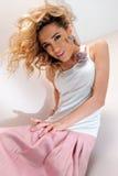 Schöne blonde Frau im rosafarbenen scirt. Stockfotos
