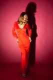 Schöne blonde Frau im roten langen Kleid Lizenzfreie Stockfotos