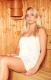 Schöne blonde Frau im saun Lizenzfreies Stockbild