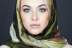 Schöne blonde Frau im Schal Stockfotos