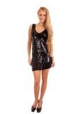 Schöne blonde Frau im schwarzen glänzenden Kleid stockfotos
