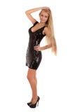 Schöne blonde Frau im schwarzen glänzenden Kleid Lizenzfreies Stockfoto