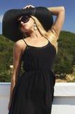 Schöne blonde Frau im schwarzen Hut und in der Sonnenbrille Glückliche Familie für Ihr, Lizenzfreie Stockbilder