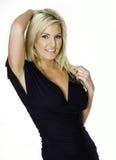 Schöne blonde Frau im schwarzen Kleid Stockfotos