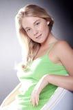 Schöne blonde Frau im Stuhl Stockbild