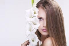 Schönheitsgesicht der jungen schönen Frau mit Blume. Weibliches tou Lizenzfreie Stockbilder