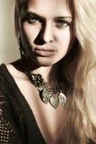 Schöne blonde Frau im Tageslicht. Schatten auf dem Gesicht Stockbilder