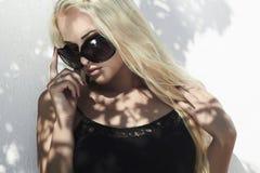 Schöne blonde Frau im Tageslicht Schatten auf dem Gesicht Mädchen Top Model Lizenzfreie Stockfotos