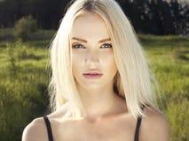 Schöne blonde Frau im Wald Stockfotos