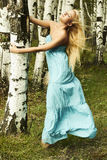 Schöne blonde Frau im Wald. Fliegenhaar Stockbild