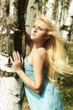 Schöne blonde Frau im Wald. Sommer Stockbilder