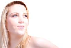 Blonde Frau im weißen Hintergrund mit Kopienraum Lizenzfreie Stockfotografie