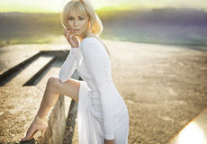 Schöne blonde Frau im weißen Kleid Lizenzfreies Stockbild
