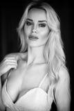 Schöne blonde Frau im weißen Kleid Stockfotos