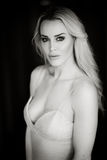 Schöne blonde Frau im weißen Kleid Lizenzfreies Stockfoto
