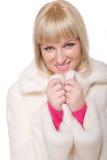Schöne blonde Frau im weißen Pelz auf Weiß Lizenzfreie Stockfotografie