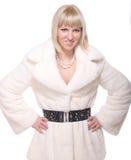 Schöne blonde Frau im weißen Pelz auf Weiß Stockfotografie