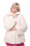 Schöne blonde Frau im weißen Pelz auf Weiß Stockbilder