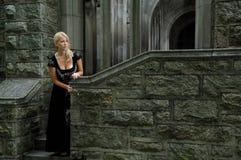 Schöne blonde Frau im Weinleseschwarzkleid Lizenzfreies Stockbild