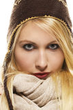 Schöne blonde Frau im Winterkleid Stockfotografie