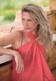 Schöne blonde Frau ist, betrachtend sitzend und s Stockbild