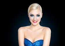 Schöne blonde Frau mit Abend bilden Stockfotos