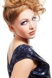 Schöne blonde Frau mit Art und Weisefrisur Stockbild
