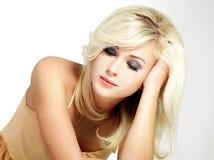 Schöne blonde Frau mit Artfrisur Stockfotografie