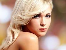 Schöne blonde Frau mit Artfrisur Stockbild