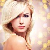 Schöne blonde Frau mit Artfrisur Lizenzfreie Stockfotos