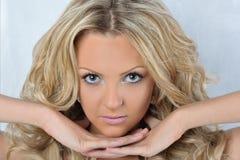 Schöne blonde Frau mit blauen Augen. Lizenzfreie Stockbilder