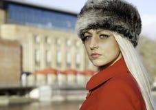 Schöne blonde Frau mit blauen Augen Stockfoto