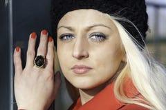 Schöne blonde Frau mit blauen Augen Stockfotografie