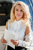 Schöne blonde Frau mit blauen Augen Erfolgreiche Geschäftsfrau Stockbild