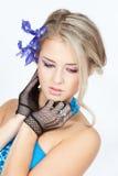 Schöne blonde Frau mit blauen Blumen Lizenzfreies Stockfoto